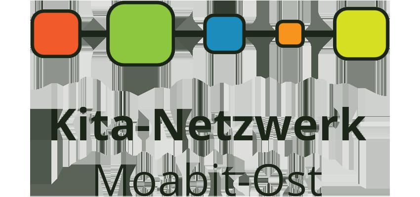 Grafik: 5 farbige durch Linien nebeneinander verbundene abgerundete Quadrate unterschiedlicher Größe, darunter Schriftzug Kita-Netzwerk Moabit-Ost