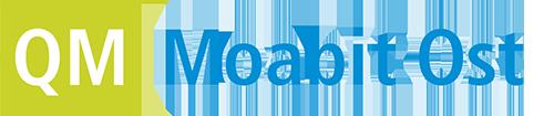"""Grafik: weiße Buchstaben QM auf hellgrünem quadratischem Untergrund, rechts daneben der blaue Schriftzug """"Moabits Ost"""""""